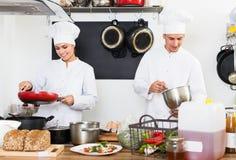 Dwa uradowanego kobiety i samiec kucharza Fotografia Stock