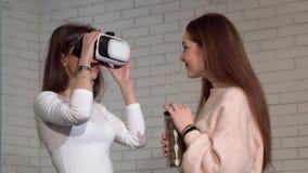 Dwa uroczego żeńskiego przyjaciela używa 3d rzeczywistości wirtualnej gogle wpólnie zbiory wideo