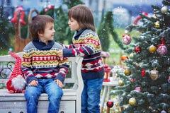 Dwa uroczego dziecka, chłopiec bracia, mieć zabawę w outdoors Obrazy Royalty Free
