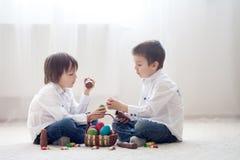 Dwa uroczego małego dziecka, chłopiec bracia je ch, mieć zabawę Zdjęcia Stock