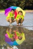 Dwa uroczej chłopiec, bawić się w parku na deszczowym dniu, bawić się Obrazy Royalty Free