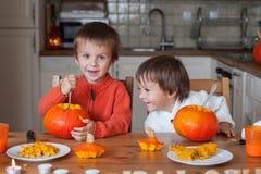 Dwa uroczej chłopiec, przygotowywa dźwigarki o lampion dla Halloween Zdjęcie Stock
