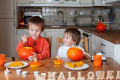 Dwa uroczej chłopiec, przygotowywa dźwigarki o lampion dla Halloween Obraz Stock