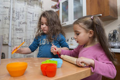 Dwa uroczej cztery lat dziewczyny gotuje w kuchni Zdjęcie Royalty Free
