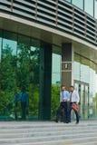 Dwa urzędnika Chodzi Na zewnątrz biura centrum Fotografia Stock