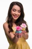 Dwa uwodzicielskiej babeczki z eatable kwiatami fotografia royalty free