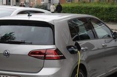 Dwa _VW i BMW niemiecki elektryczny samochód obrazy stock