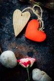 Dwa walentynka dnia serca odskakiwali togerher dni tła złote serce jest czerwony walentynki Zdjęcia Royalty Free