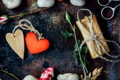 Dwa walentynka dnia serca odskakiwali togerher dni tła złote serce jest czerwony walentynki Obrazy Stock
