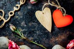 Dwa walentynka dnia serca odskakiwali togerher dni tła złote serce jest czerwony walentynki Fotografia Royalty Free