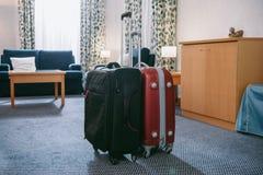 dwa walizki stoi w pustym zdjęcia stock