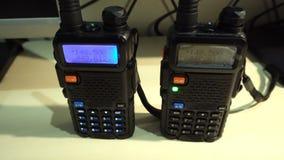 Dwa walkie- talkie radiowego nadajnika czarny obchodzący się przenośny działanie i błysnąć zbiory wideo