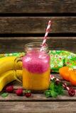 Dwa warstew smoothie z persimmon, bananem i malinką, zdjęcia royalty free