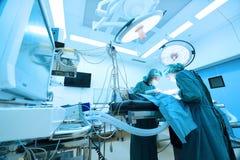 Dwa weterynarzów doktorski działanie w sala operacyjna wp8lywy z sztuki oświetleniem i błękit filtrujemy Fotografia Royalty Free