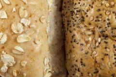 Dwa wholegrain oziarnionej chlebowej rolki popierają kogoś stronę - obok - Obraz Stock