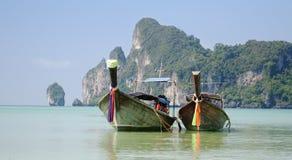 Dwa wiązanej łodzi przy Tajlandzką plażą Obraz Royalty Free