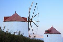 Dwa wiatraczka na Greckiej wyspie Obrazy Stock