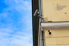 Dwa wideo inwigilacji kamera na lokacji na tÅ'a niebieskim niebie zdjęcie royalty free