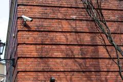 Dwa wideo inwigilacji kamera na lokacji na tÅ'a niebieskim niebie zdjęcia stock