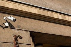 Dwa wideo inwigilacji kamera na lokacji na tła niebieskim niebie obraz stock