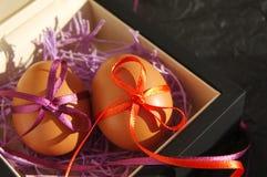 Dwa Wielkanocnego jajka są dekorujący jaskrawi z kolor taśmami Zdjęcia Stock