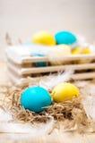Dwa Wielkanocnego jajka w gniazdeczku na nieociosanym drewnianym tle Zdjęcie Royalty Free