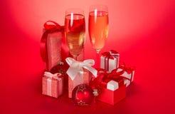 Dwa wina szkła, prezentów pudełka z łękami Obrazy Stock