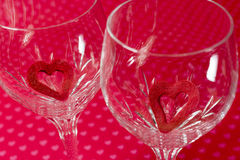 Dwa wina szkła z czerwienią czuli wycinanek serca inside, miękka część kwiecista fotografia royalty free