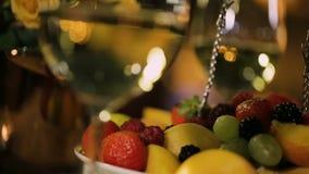 Dwa wina szkła z pokrojonymi owoc, świąteczny stół dla wakacyjnego świętowania zdjęcie wideo