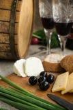Dwa wineglasses, oliwki, ser i chleba, są na grabić Zdjęcie Stock