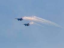 Dwa wojennego dżetowego samolotu wszczynają pociski zdjęcia stock