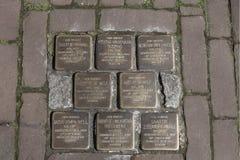 dwa wojenny świat Potykający się kamienie lub stolpersteine, jest pamiątkowymi mosiężnymi talerzami umieszczającymi w bruk na zew obraz stock