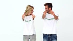 Dwa wolontariusza daje kciukom do kamery zbiory wideo