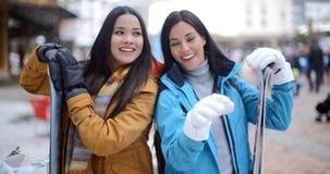 Dwa wspaniałego młodego brunetki snowboarders zdjęcie wideo