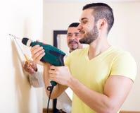 Dwa wykwalifikowanego mężczyzna robi utrzymaniu Obrazy Stock