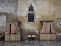 Dwa wyznania pudełka w kościół katolickim St Sabina w Rzym, Włochy Rocznika wnętrze i jego pastelowych kolorów ściany Zdjęcia Stock