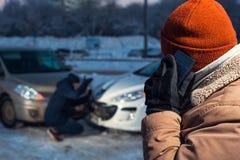 Dwa wzburzonego mężczyzna na zimy miasta ulicie Obraz Stock