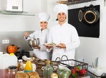 Dwa życzliwego kobiety i samiec kucharza Obrazy Royalty Free