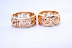 Dwa złocistej obrączki ślubnej na białym tła zbliżeniu Obraz Royalty Free