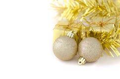 Dwa złota piłka z prezenta pudełkiem dla nowego roku i bożych narodzeń fotografia royalty free