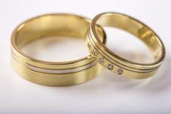 Dwa złotej obrączki ślubnej na bielu z odbiciem Obraz Royalty Free
