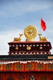 Dwa złoty rogacz flankuje Dharma koło na Jokhang Fotografia Stock