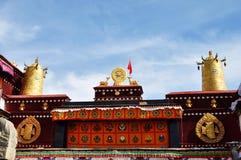 Dwa złoty rogacz flankuje Dharma koło na Jokhang Obrazy Stock