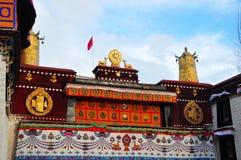 Dwa złoty rogacz flankuje Dharma koło na Jokhang Zdjęcia Stock