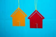 Dwa zabawkarskiego domu z błękitnym zamazanym tłem zdjęcia stock