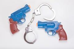 Dwa zabawkarskiego pistolecika z kajdankami i kopii przestrzenią obraz stock