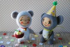 Dwa zabawkarskiej myszy Jeden mysz w kapiszonie Inna mysz trzyma filiżankę Fotografia Stock