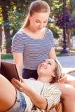 Dwa zamkniętej dziewczyny w parku obraz stock
