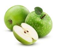 Dwa zielonego jabłka i jeden cięcie w połówce z liściem obrazy royalty free