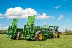 Dwa zielonego John Deere ciągnika ciągnie bunning lichot powlekaczki zdjęcia royalty free